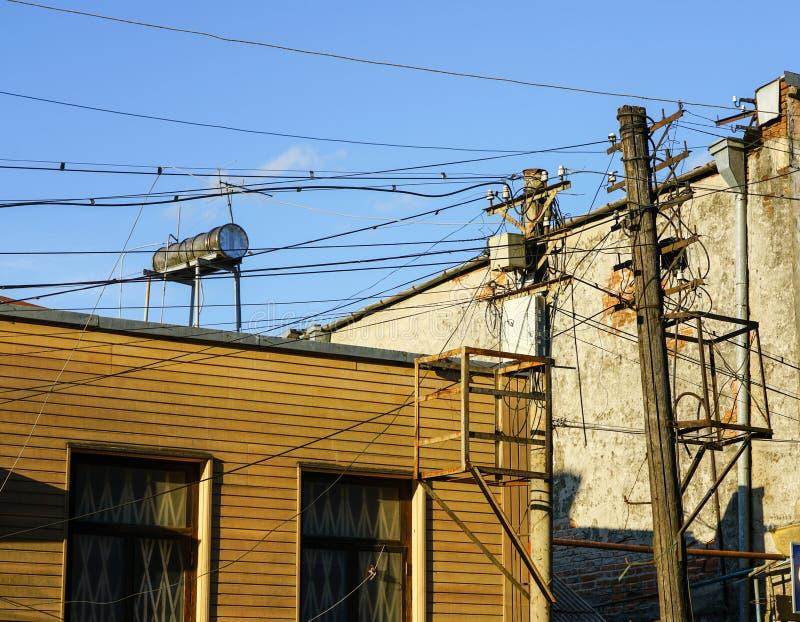 Palo di legno di vecchio retro stile con molti cavi o funi elettrici del rifornimento per la comunicazione del telefono fotografia stock