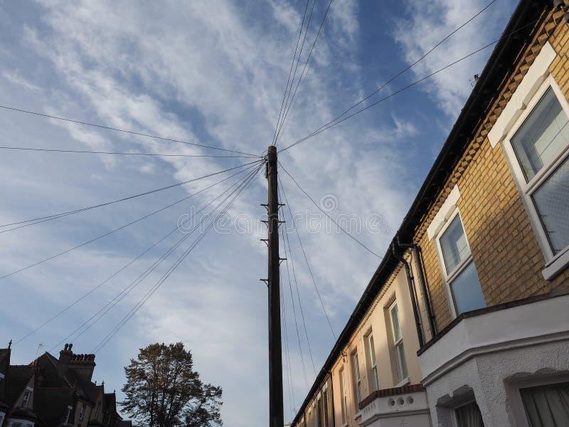 palo di telecomunicazioni per i cavi e la fibra ottica immagine stock libera da diritti