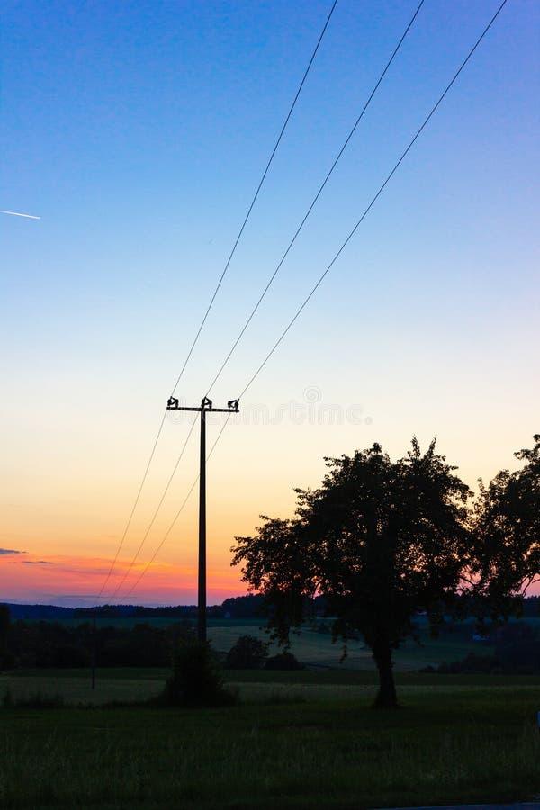 palo di telegrafo al tramonto variopinto immagini stock