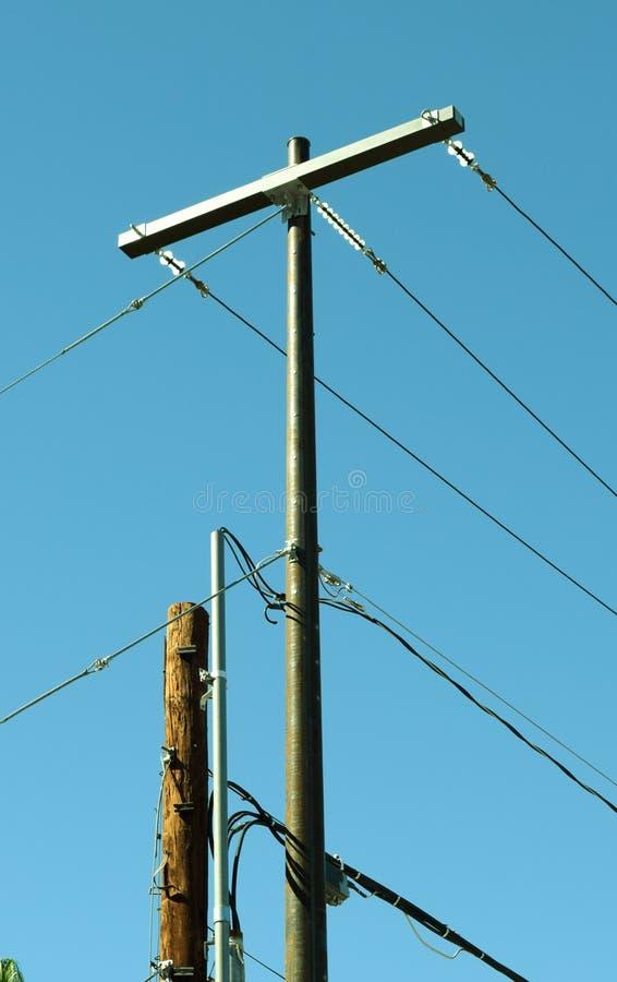 Palo e powerlines elettrici fotografia stock libera da diritti