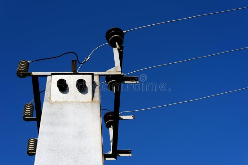 Palo ha montato la sottostazione elettrica con cielo blu immagini stock