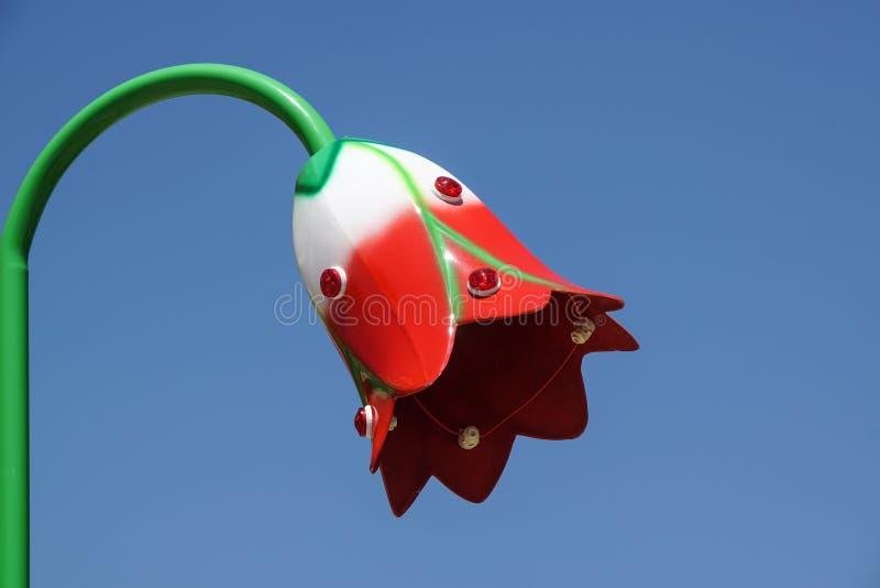 Palo leggero a forma di del fiore Palo di iluminazione pubblica fotografie stock libere da diritti