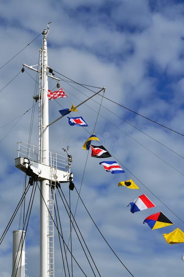Palo y banderas de señal marítimas imagen de archivo
