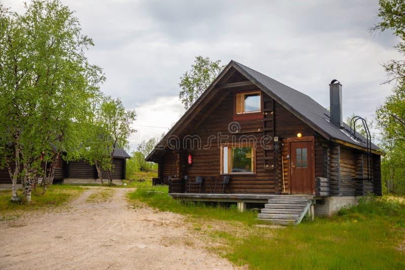 Palojarvi, Финляндия - 19 06 2018: Финская одичалая хата в национальном парке место для путешественников в месте для лагеря, Финл стоковая фотография