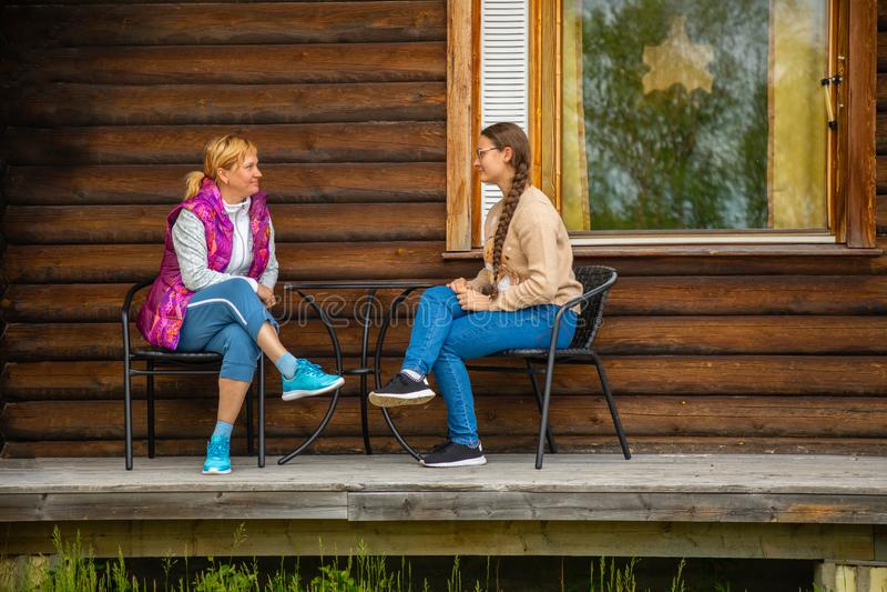 Palojarvi, Финляндия - 26 06 2018: Финская одичалая хата в национальном парке место для путешественников в месте для лагеря, Финл стоковые фото