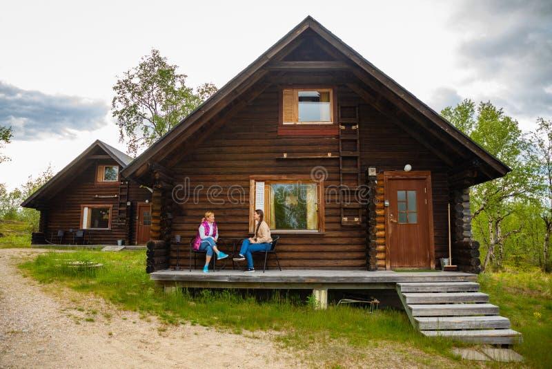 Palojarvi, Финляндия - 26 06 2018: Финская одичалая хата в национальном парке место для путешественников в месте для лагеря, Финл стоковые изображения