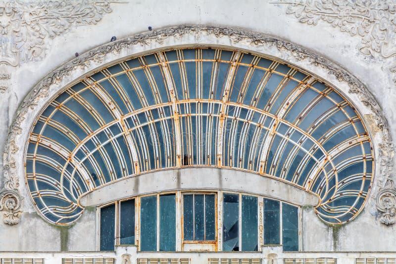 Palomas en el viejo fragmento del edificio de la ciudad Tres palomas negras son s imagen de archivo