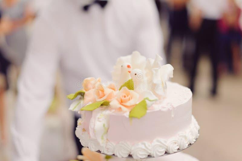 Palomas y rosas en la torta fotos de archivo libres de regalías