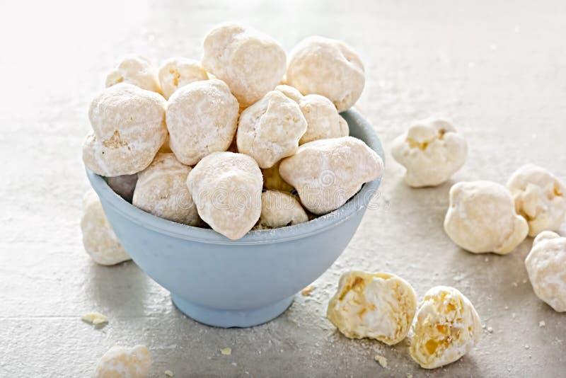 Palomitas en el chocolate blanco imagen de archivo