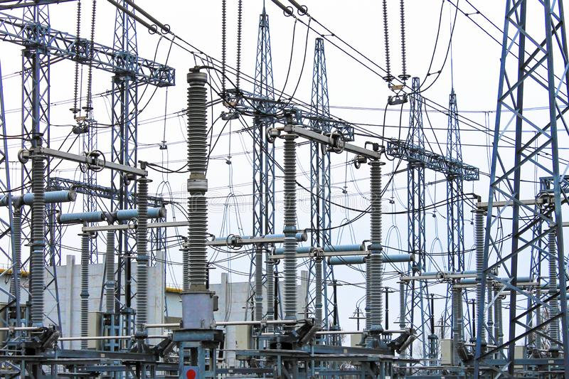 Palos de acero de líneas eléctricas de alto voltaje en la planta Subestación eléctrica, convertidor de poder, eléctrico de alto v imagen de archivo