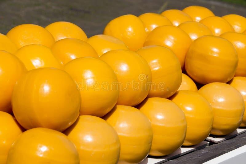 Palowe żółte Serowe piłki na półce fotografia stock
