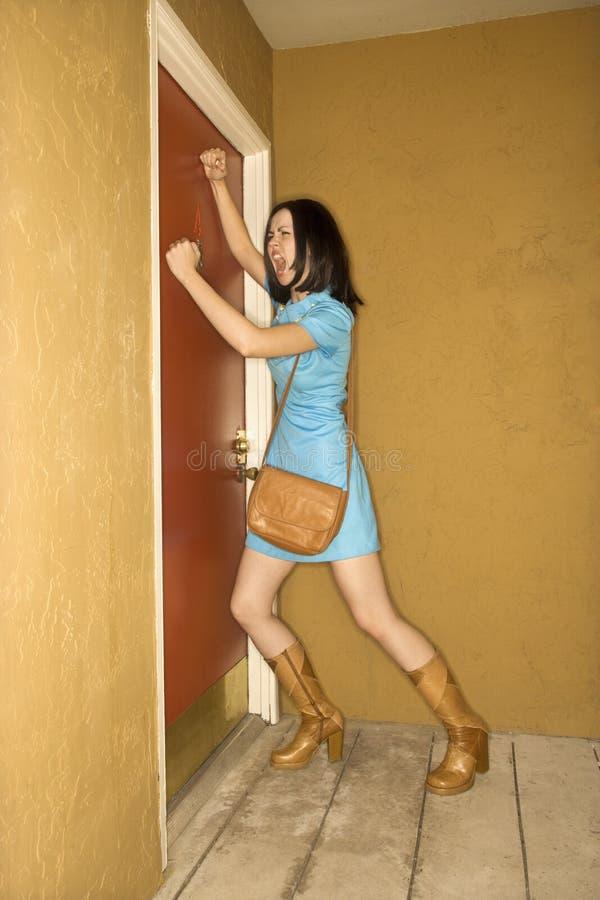 Palpitación de la mujer en la puerta. imágenes de archivo libres de regalías