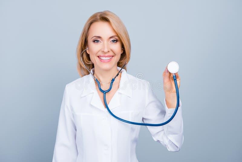 Palpitazione d'ascolto di medico femminile felice allegro con uno stetho fotografia stock libera da diritti
