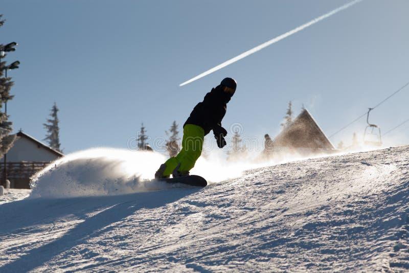 PALTINIS, ROMÊNIA - 24 DE JANEIRO DE 2018: Esquiador não identificado na inclinação do esqui o 24 de janeiro de 2018 em Paltinis, foto de stock