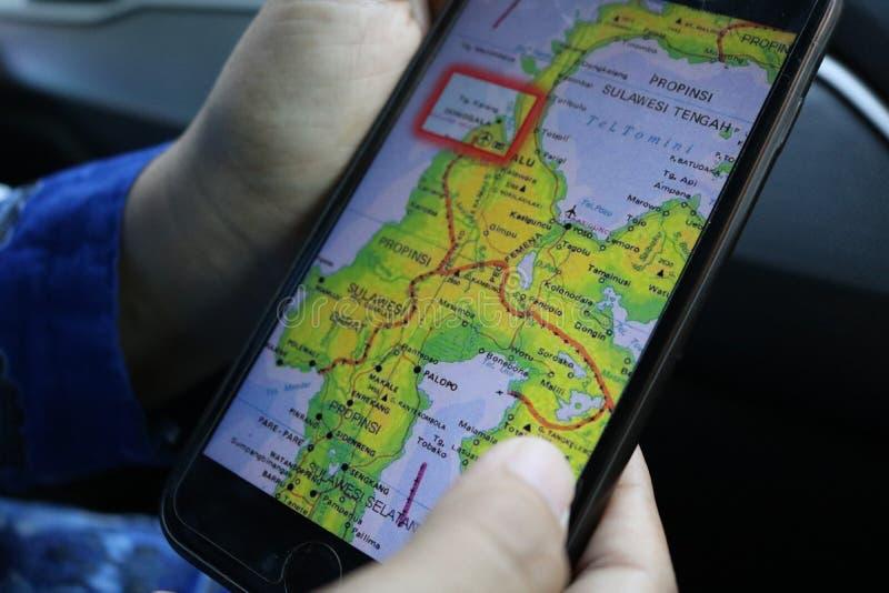 Palu και κεντρικοί χάρτες Sulawesi στα κινητά τηλέφωνα στοκ φωτογραφίες