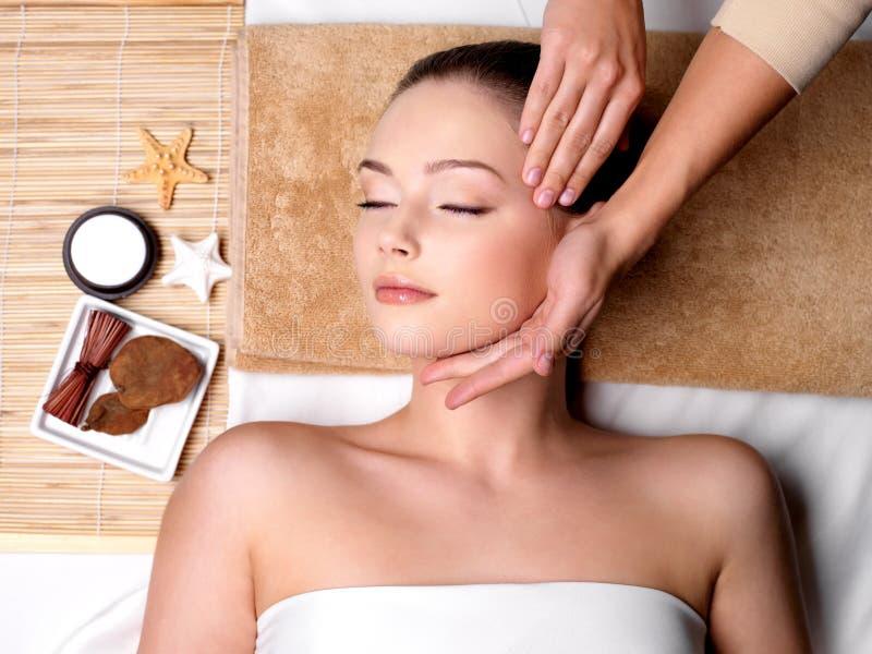 Pamering e massaggio per il fronte della donna immagini stock