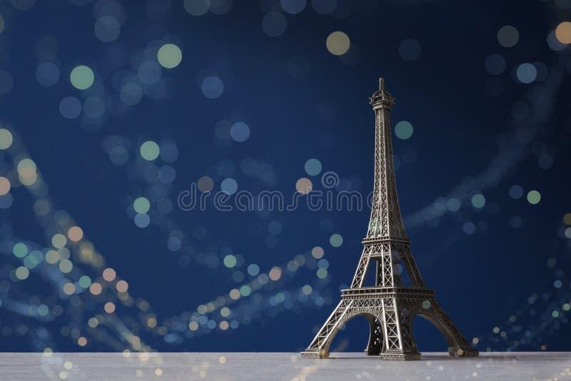 Pamiątkarska wieża eifla na zmroku - błękitny tło z kolorowym bokeh zaświeca obraz stock