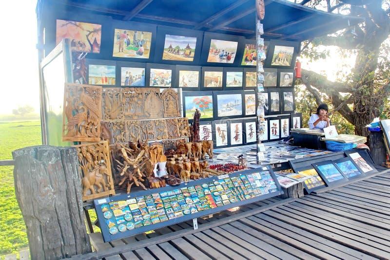 Pamiątkarski sklep na U Bein jest sławnym atrakcją turystyczną w Amarapura, Myanmar most jest bridżowy być starym obrazy royalty free