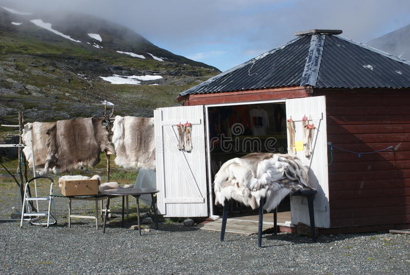 Pamiątkarskiego sklepu sprzedawania reniferowe rzeczy w Lapland obraz stock