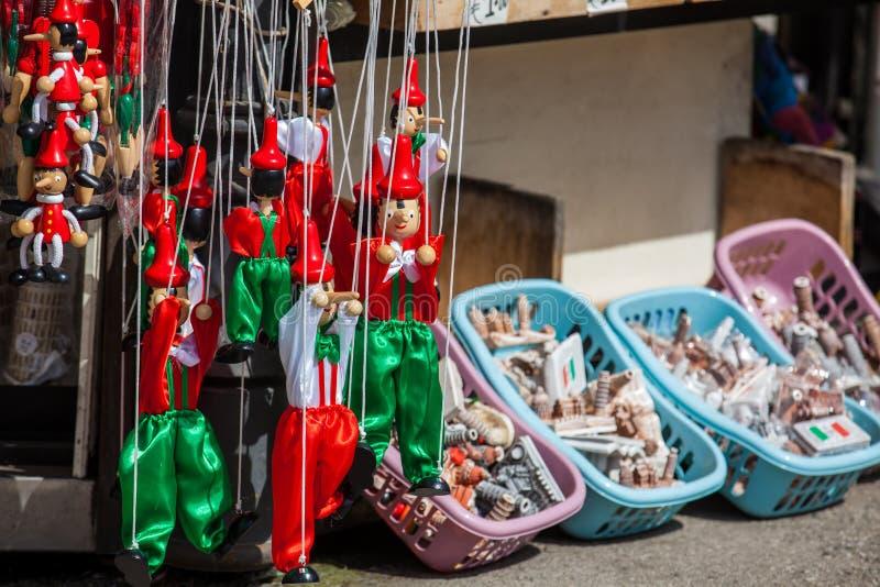 Pamiątki dla turystów sprzedawali blisko do Oparty wierza Pisa zdjęcie stock