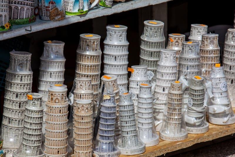 Pamiątki dla turystów sprzedawali blisko do Oparty wierza Pisa zdjęcia royalty free