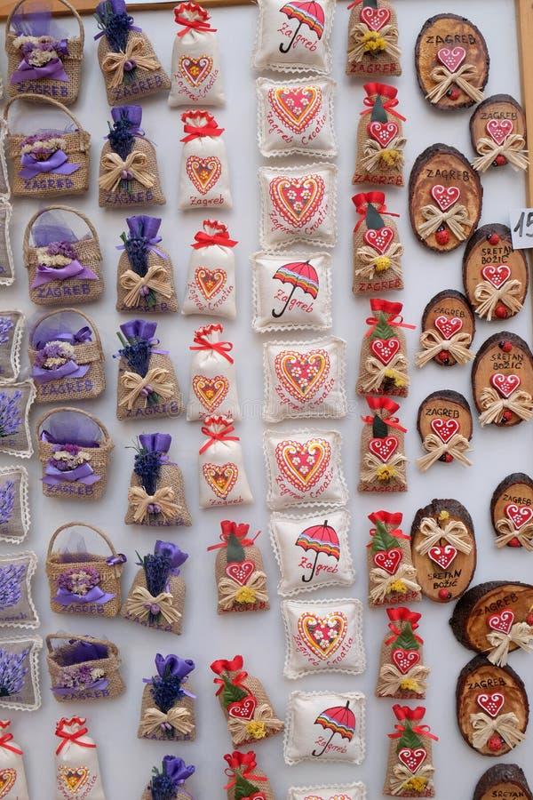 Pamiątki na kramu z dekoracjami dla zima wakacji przy tradycyjnymi rocznymi bożymi narodzeniami wprowadzać na rynek w Zagreb zdjęcie stock