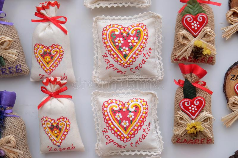 Pamiątki na kramu z dekoracjami dla zima wakacji przy tradycyjnymi rocznymi bożymi narodzeniami wprowadzać na rynek w Zagreb zdjęcie royalty free
