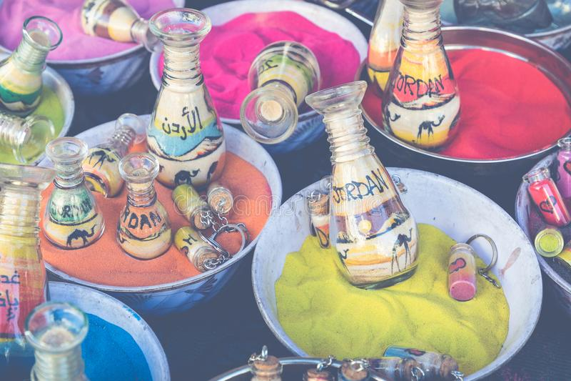 Pamiątki od Jordania - butelki z piaskiem i kształtami pustynia a obrazy stock