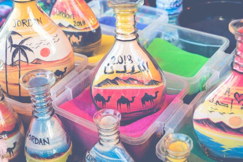 Pamiątki od Jordania - butelki z piaskiem i kształtami pustynia a fotografia royalty free