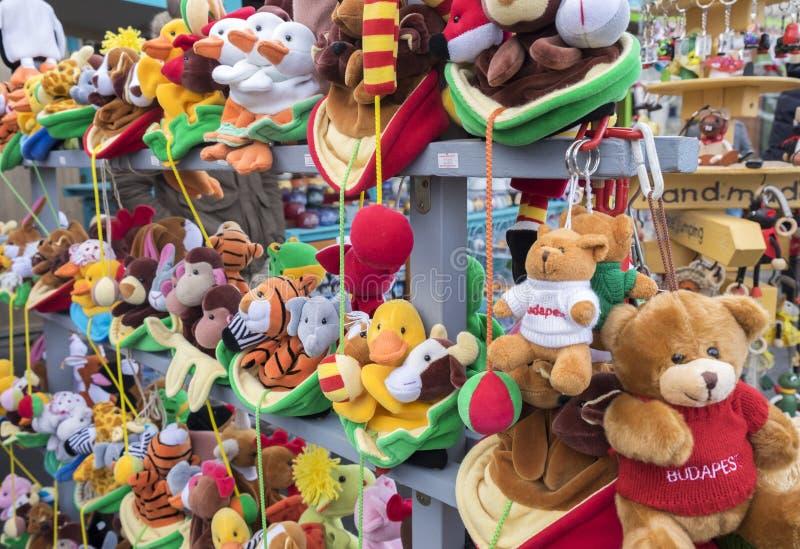 Pamiątki zabawka faszerował niedźwiedzi i innych zwierząt przy pamiątkarskim sklepem fotografia stock