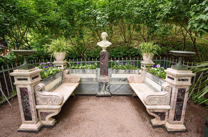 Pamiątkowa ławka z rzeźby popiersiem Uroczysty Duchess Alexandra Nikolaevna Rosja Peterhof, StPetersburg, Rosja obraz royalty free