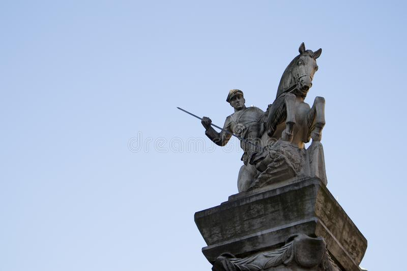 Pamiątkowa statua Poznańska kawaleria, przedstawienia żołnierz na horseback zbroił z dzidą zdjęcie royalty free