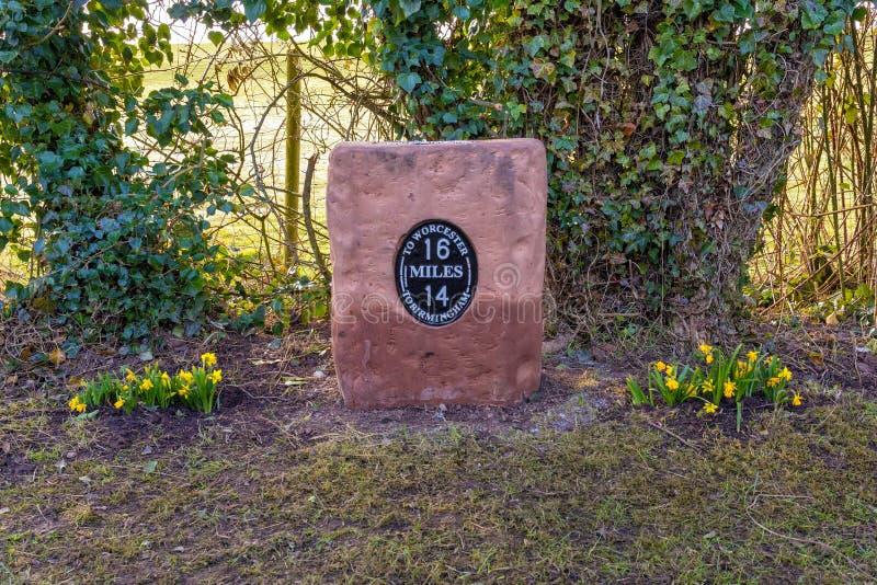 Pamiątkowy kamień milowy na Worcester i Birmingham kanale, Anglia obrazy royalty free