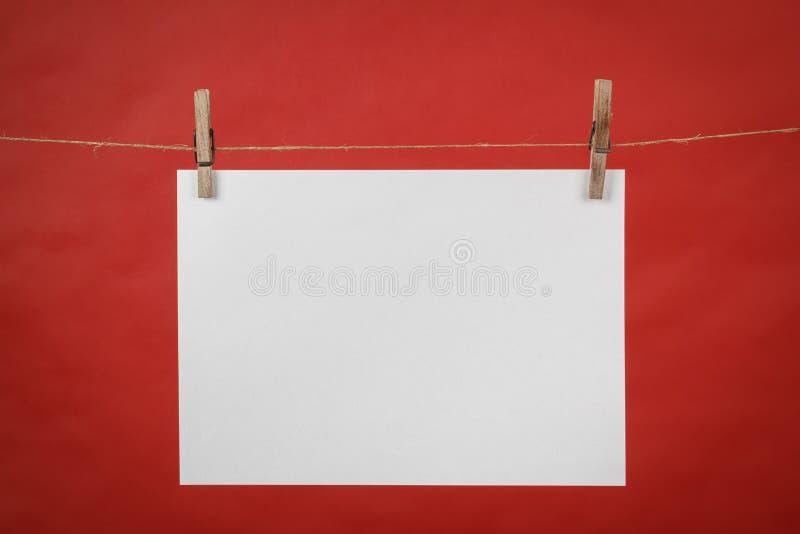 Pamięci nutowy biały papierowy obwieszenie na sznurze obrazy royalty free
