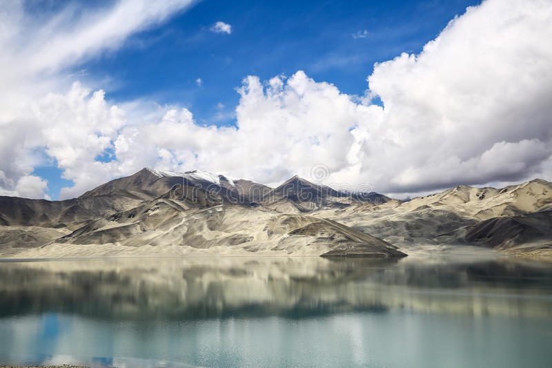 Pamirs chmury i jeziora obraz stock
