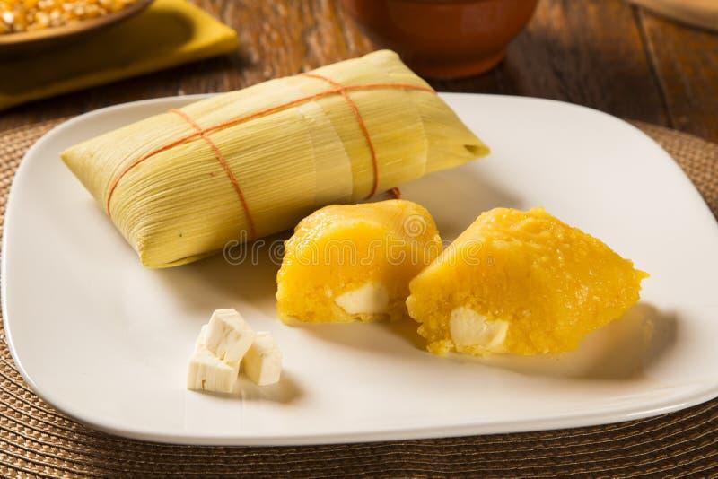 Pamonha i Curau furmanimy sprzedaż smakowitą - typowy jedzenie zielona kukurudza - obraz stock