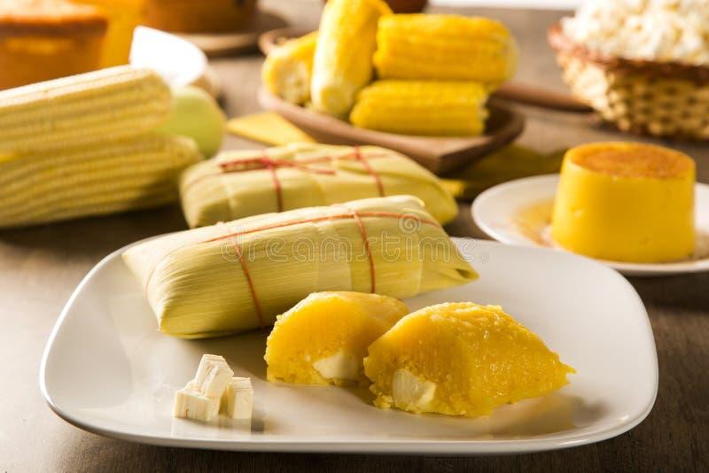 Pamonha met kaas - typisch voedsel van smakelijke zoete maïs - en che stock foto's