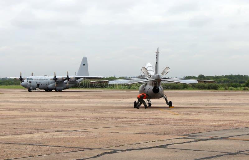 Pampas de FMA IA-63 e Lockheed C-130 Hercules na brigada do ar de I do EL Palomar em Buens Aires Argentina foto de stock royalty free