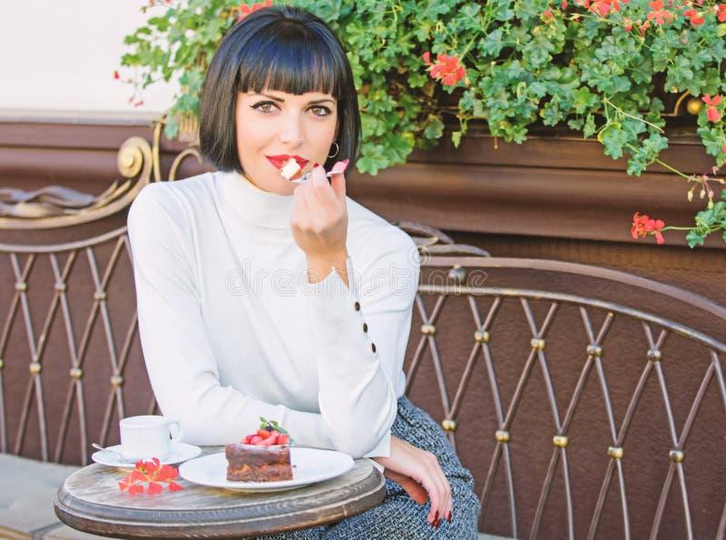 Pamper Dziewczyna relaksuje kawiarni z tortowym deserem Wy?mienity poj?cie Przyjemny czas i relaks Wy?mienicie smakosz zdjęcie royalty free