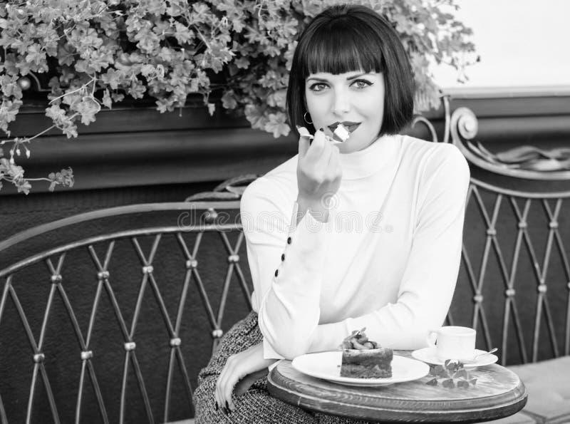 Pamper Dziewczyna relaksuje kawiarni z tortowym deserem Wy?mienity poj?cie Przyjemny czas i relaks Wy?mienicie smakosz fotografia royalty free
