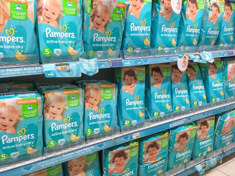 Pampers-Windeln auf Supermarktregal lizenzfreies stockbild