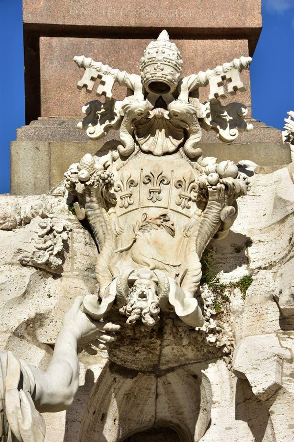 Pamphilj罗马教皇的徽章从四条河喷泉的Rom的 免版税库存照片