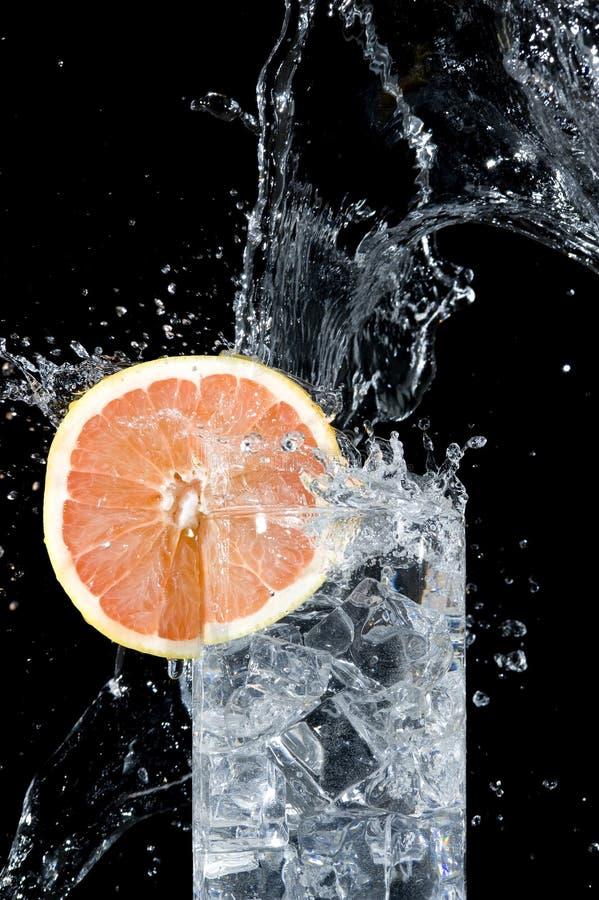 Pamplemousse et eau frais image stock