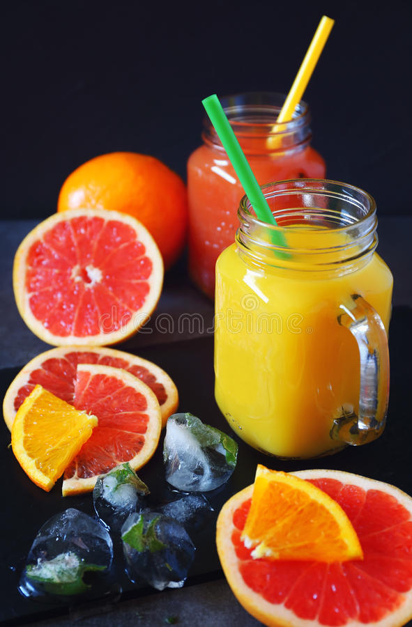 Pamplemousse et jus d'orange en deux verres image libre de droits