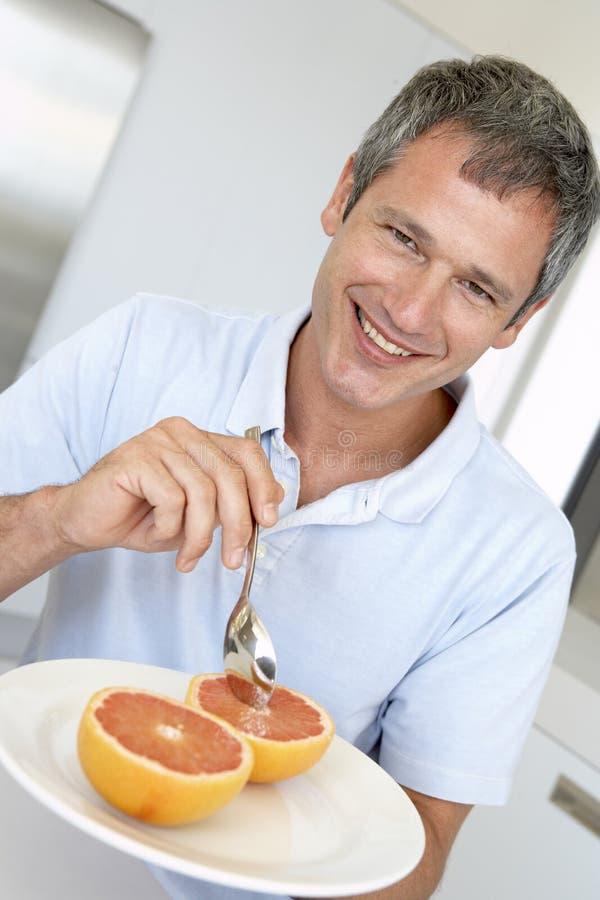 Pamplemousse frais mangeur d'hommes âgé par milieu photographie stock