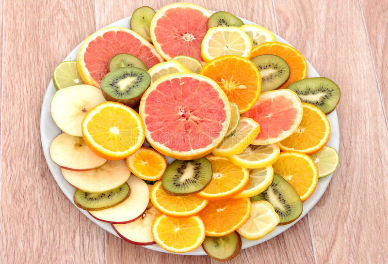 Pamplemousses, citrons, kiwi, mandarines et oranges coupés en tranches image libre de droits