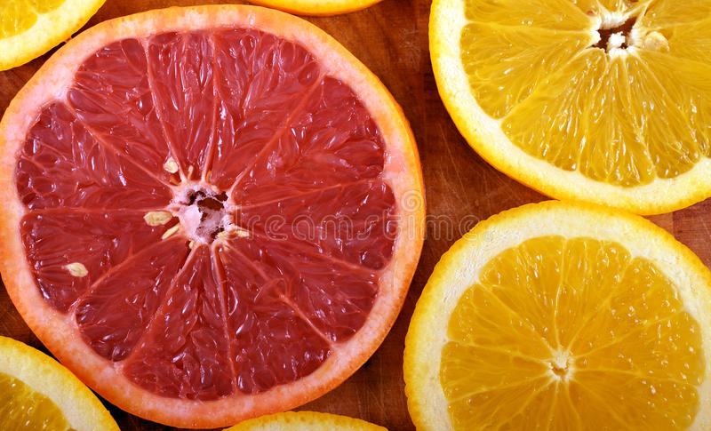 Pamplemousses et tranches oranges photos stock