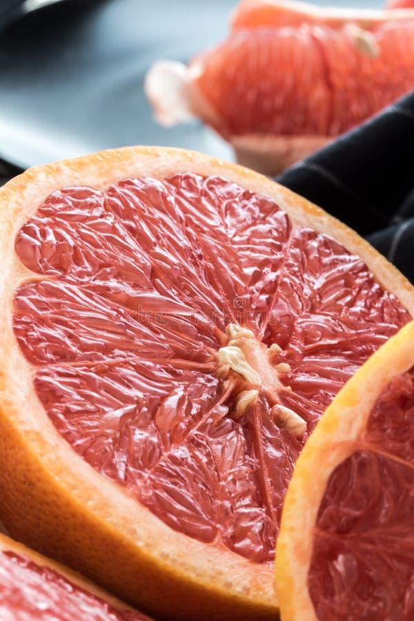 Pamplemousses rouges coupés en tranches organiques images stock