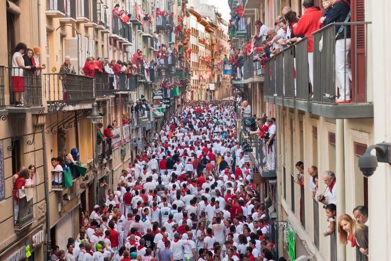 PAMPLONA 8. JULI: Bull, das in das calle Estafeta läuft stockfoto