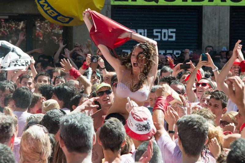 Pamplona Sanfermines spring med tjurar royaltyfri foto